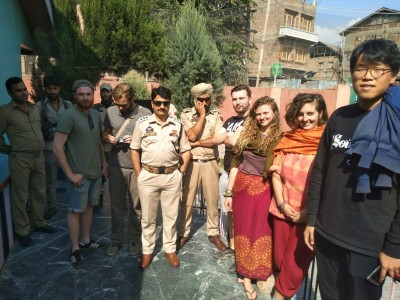 Police rescues six tourists mistaken as braid choppers in Rainawari